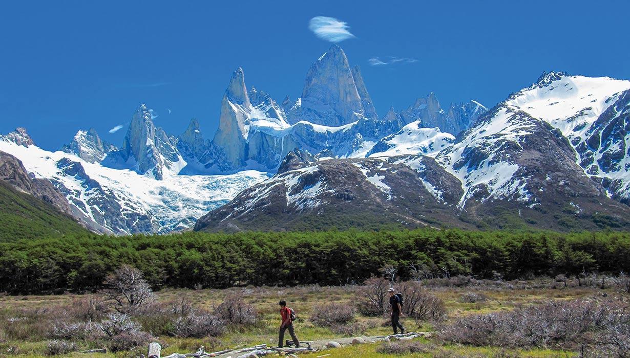 最高峰フィッツロイを望みながら丘陵地帯を歩く