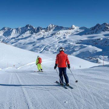 ゆったりと滑れる緩斜面では、自分の周りを取り囲む山々の風景を楽しみながら滑るのもいい