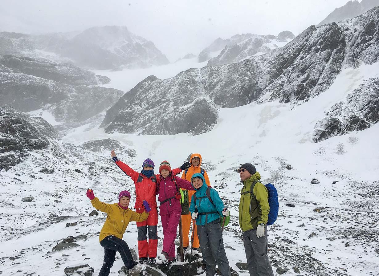 海岸から近くて夏でも雪が降るマルティアル氷河のハイキング